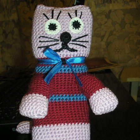 Кот в бордовом свитере